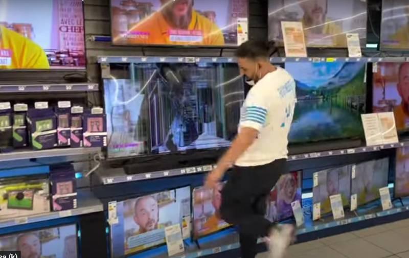 Hincha rompiendo televisores
