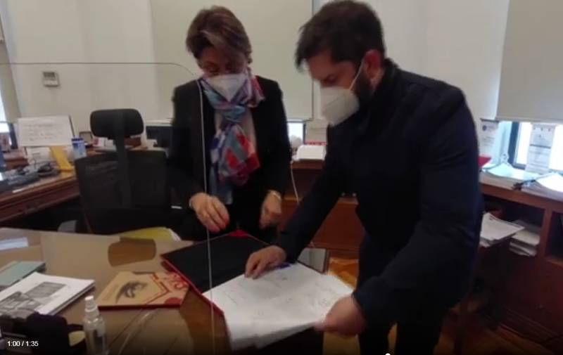 Gabriel Boric con la secretaria relatora.