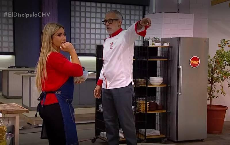 Luli y Sergi en la cocina.
