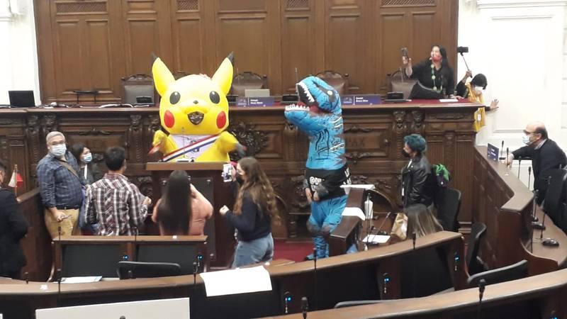 Tía Pikachu en el hemiciclo.