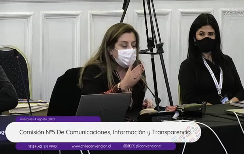 Tere Marinovic intenta defenderse en la comisión.