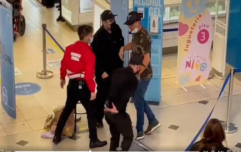 El cliente y su disputa en el centro comercial.