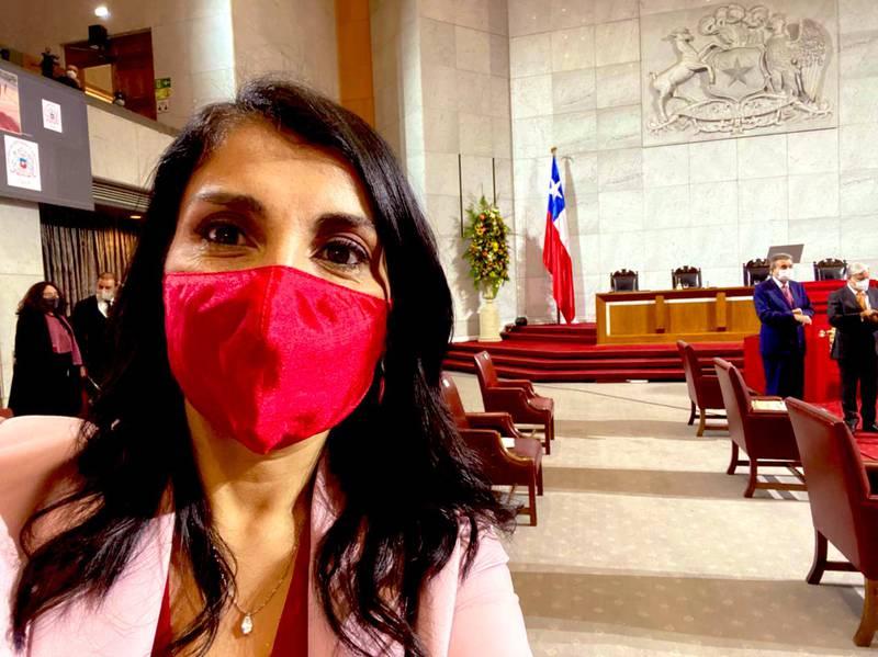 Karla Rubilar ya con la mascarilla puesta.